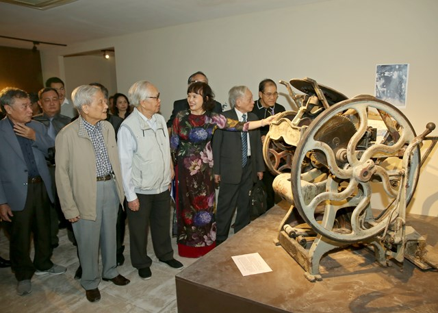 Nhà báo Trần Kim Hoa giới thiệu hiện vật tại Bảo tàng. Ảnh: Sơn Hải.