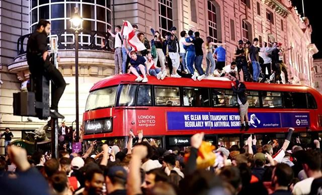 Cổ động viên Anh ăn mừng sau chiến thắng của đội tuyển trước Đan Mạch tại vòng Bán kết. Ảnh: Reuters.