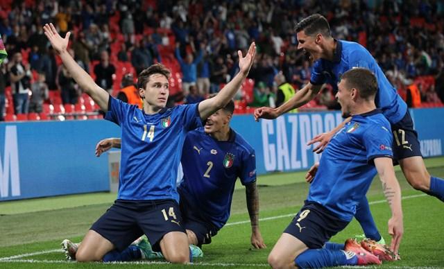 Chiesa ăn mừng bàn thắng cùng các đồng đội. Ảnh: AP.