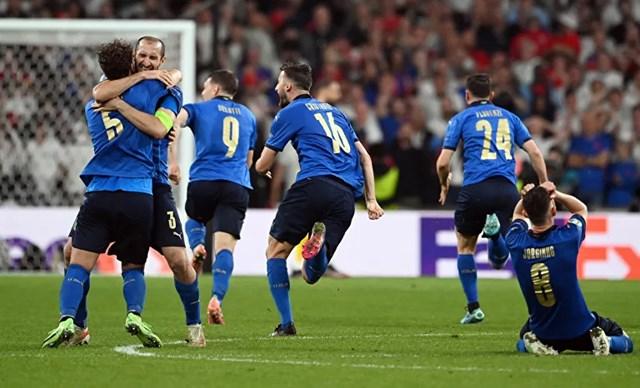 Italia đã chấm dứt giấc mơ giành Cup tại một giải đấu lớn sau 55 năm của Đội tuyển Anh.