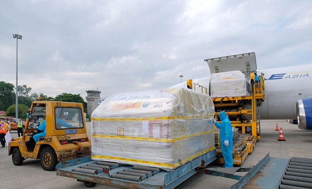 Vaccine Pfizer được đưa từ máy bay xuống Cảng hàng không quốc tế Nội Bài. Ảnh: Trần Minh.