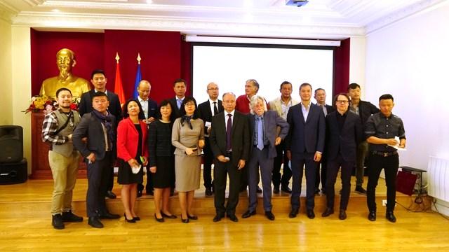 Đại sứ đặc mệnh toàn quyền Việt Nam Đinh Toàn Thắng cùng tập thể cán bộ Đại sứ quán Việt Nam tại Pháp đã tổ chức Lễ tiếp nhận đợt 1 ủng hộ Quỹ vaccine phòng, chống Covid-19 của một số cá nhân, tập thể, và hội đoàn tại Pháp.