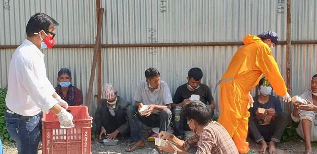Gia đình bà Võ Thị Kim Cương trao những suất cơm nóng cho người nghèo, người vô gia cư ở Nepal.