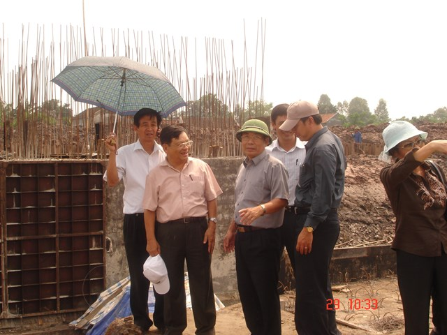 GS Phạm Hồng Giang (thứ hai từ trái sang) trên công trình xây dựng đập- âu tầu Cửa Hội, Ninh Bình (năm 2001).