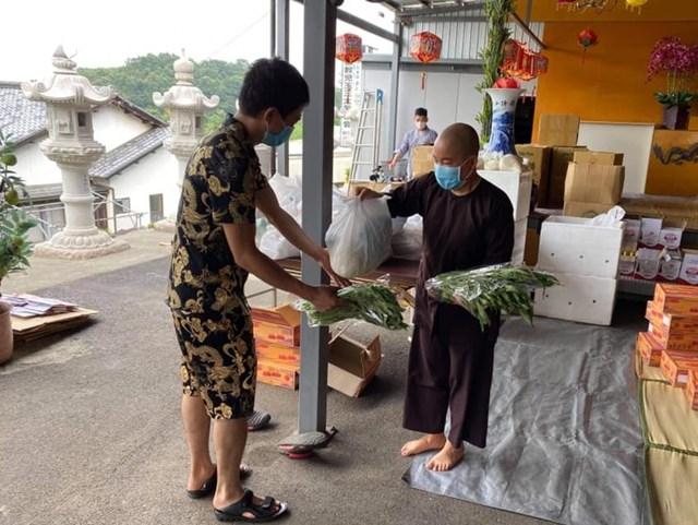 Sư cô Thích Tâm Trí trao quà cho bà con người Việt trong dịch bệnh tại Nhật Bản.