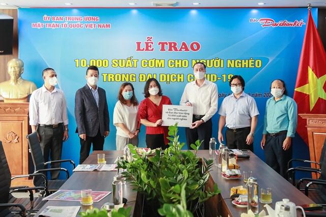 Phó Chủ tịch UBTƯ MTTQ Việt Nam Phùng Khánh Tài trao bảng tượng trưng 10.000 suất cơm cho người nghèo đến Bếp ăn 0 đồng của chị Nguyễn Hoài Sương. Ảnh: Quang Vinh.