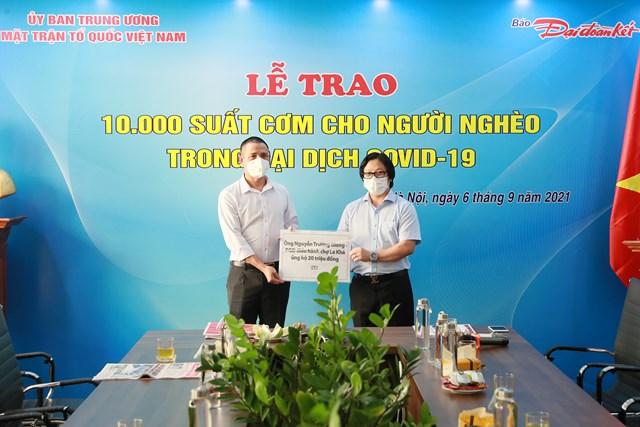 Quyền Tổng Biên tập Lê Anh Đạt nhận bảng tượng trưng tiền hỗ trợ chương trình từ ông Nguyễn Trường Giang, Phó Giám đốc Điều hành chợ La Khê. Ảnh: Quang Vinh.