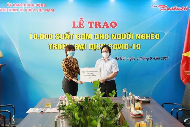 Quyền Tổng Biên tập Lê Anh Đạt nhận bảng tượng trưng tiền hỗ trợ chương trình.