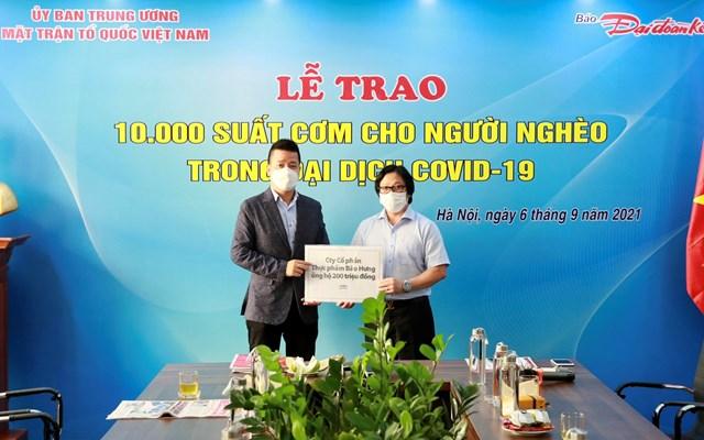 Quyền Tổng Biên tập Lê Anh Đạt nhận ủng hộ 200 triệu đồng hỗ trợ chương trình từ ôngNguyễn Đại Huệ - đại diện Công ty Cổ phần Quốc tế Bảo Hưng. Ảnh: Quang Vinh.