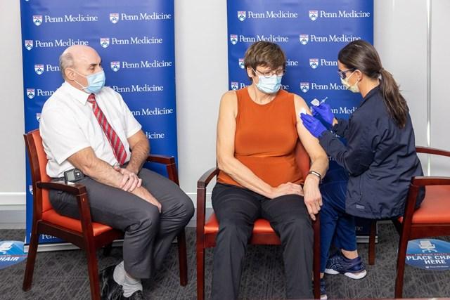 Tiến sĩ Katalin Kariko (giữa) tiêm vaccine Covid-19 công nghệ mRNA. Nguồn: Hungarytoday.