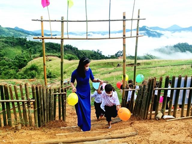 Hãy dành cho học sinh những gì tốt đẹp nhất. Trong ảnh: Cô giáo Trà Thị Thu và học sinh ở điểm trường Tắk Pổ (xã Trà Tập, huyện Nam Trà My, Quảng Nam) trong ngày khai giảng năm học 2021-2022.