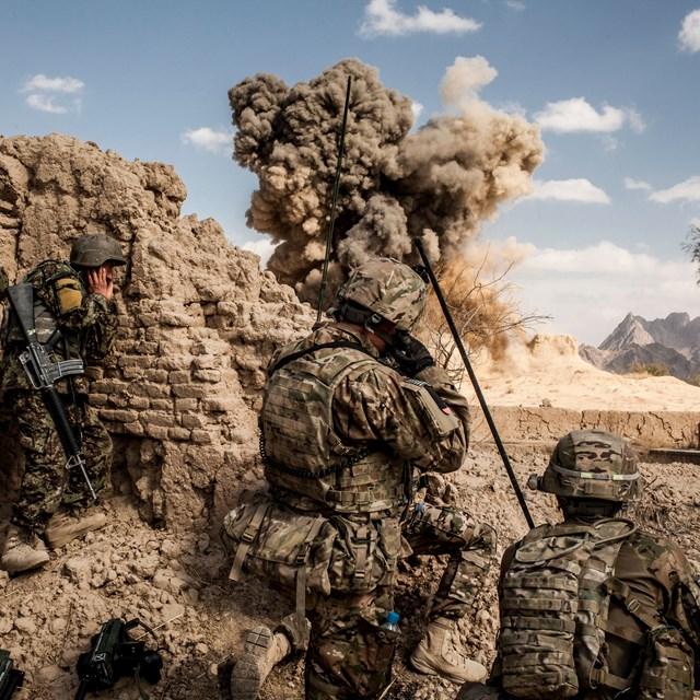 Lính Mỹ tấn công một vị trí của Taliban ở làng Layadira, tỉnh Kandahar, vào tháng 2/2013. Ảnh: The New York Times.