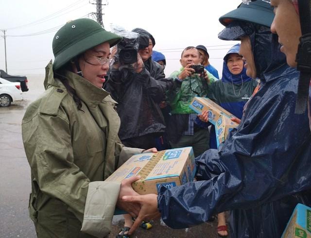 Chủ tịch Ủy ban MTTQ Việt Nam tỉnh Quảng Bình Phạm Thị Hân trao quà hỗ trợ cho người dân ở vùng lũ huyện Lệ Thủy.