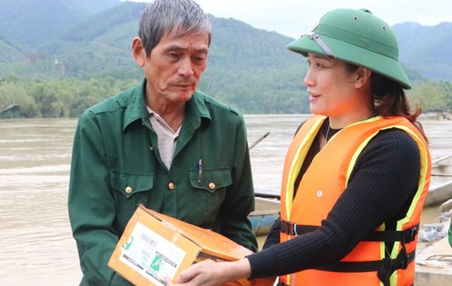 Phó Chủ tịch Ủy ban MTTQ Việt Nam thị xã Ba Đồn (tỉnh Quảng Bình) Trần Thị Tuyết Lan trao hỗ trợ người dân ở vùng cồn bãi sông Gianh.