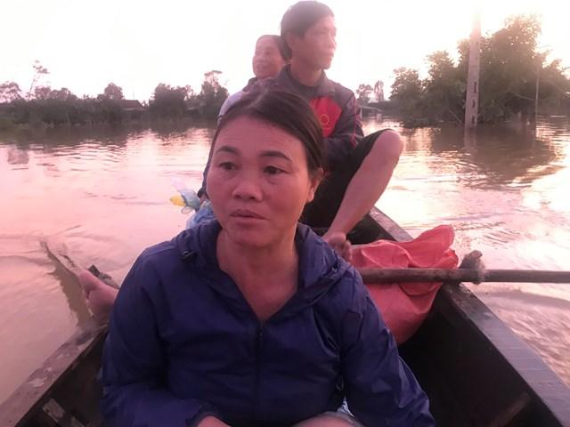 Vợ chồng chị Mại, anh Hợi (ngồi trước) đã cứu hàng chục người dân ở thôn Phan Chu Trinh thoát nạn.