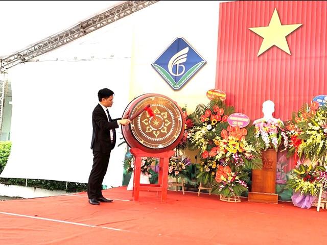 Hiệu trưởng Trường Cao đẳng Công nghệ và Thương mại Hà Nội, TS. Nguyễn Xuân Sang đánh trống khai giảng năm học mới.