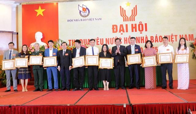Tôn vinh 22 tập thể tiêu biểu có thành tích xuất sắc trong phong trào thi đua yêu nước Hội Nhà báo Việt Nam giai đoạn 2015-2020. Ảnh: VGP.