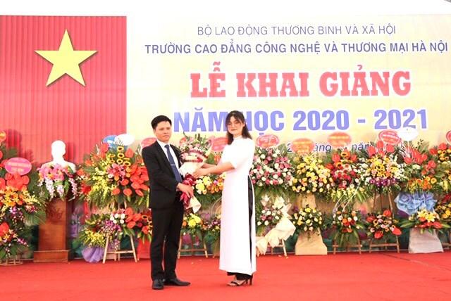 Đại diện các HSSV Trường Cao đẳng Công nghệ và Thương mại Hà Nội tặng hoa chúc mừng nhà trường nhân dịp năm học mới.