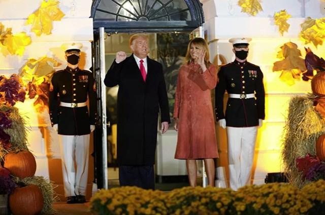 Năm nay, vợ chồng Tổng thống Mỹ không tặng bánh kẹo cho trẻ con mà chỉ vẫy tay chào chúng để đảm bảo sự an toàn khi tình hình dịch bệnh đang bùng phát.