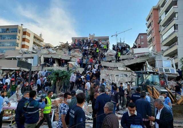 Người dân địa phương và các lực lượng chức năng tìm kiếm những người sống sót tại một tòa nhà bị sập sau trận động đất mạnh 6,6 độ Richter xảy ra ở Biển Aegean vào ngày 30/10 và được cảm nhận ở cả Hy Lạp và Thổ Nhĩ Kỳ. Ảnh: Reuters.