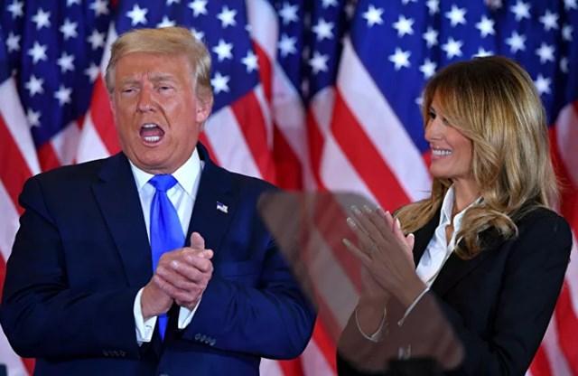 Tổng thống Mỹ Donald Trump cùng với Đệ nhất phu nhân Melania Trump sau khi phát biểu trong đêm bầu cử tại Phòng Đông của Nhà Trắng ở thủ đô Washington, sáng sớm ngày 4/11/2020. Ảnh: AFP.