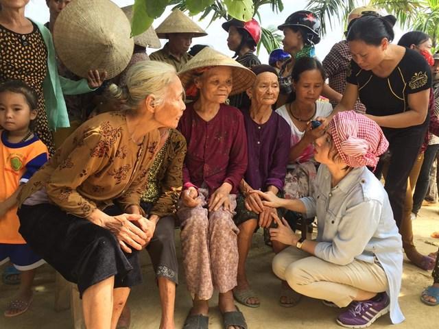Nhà báo Phan Thanh Phong thăm hỏi đồng bào trong đợt lũ lịch sử tại Hương Khê - Hà Tĩnh năm 2014.