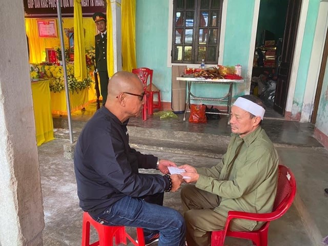 Nhà văn Phạm Ngọc Tiến đại diện Quỹ Trò nghèo vùng cao đến thăm hỏi, tặng quà, động viên gia đình thân nhân các liệt sĩ đã hy sinh trong khi làm nhiệm vụ giúp dân khắc phục hậu quả mưa lũ tại Hà Tĩnh.