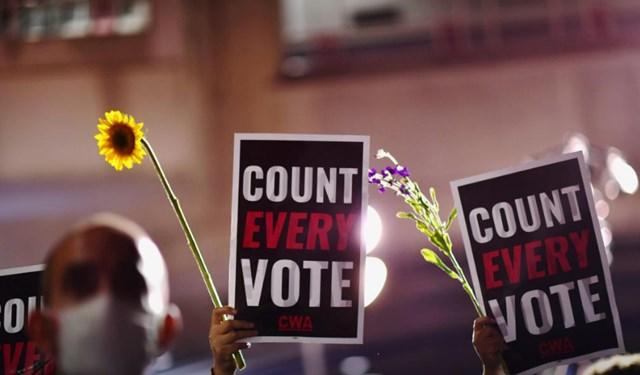 """Các cử tri ủng hộ Đảng Dân chủ hô vang khẩu hiệu """"Hãy kiểm tất cả các phiếu bầu"""". Ảnh: Reuters."""