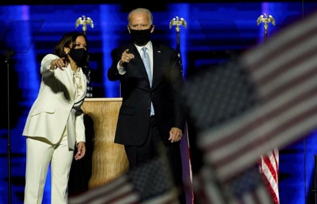 """""""Tổng thống đắc cử"""" Joe Biden và """"Phó Tổng thống""""Kamala Harris phát biểu sau khi khẳng định đã chiến thắng trong cuộc đua vào Nhà Trắng. Ảnh: Reuters."""
