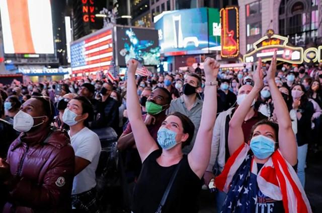 Những người ủng hộ phe Biden-Haris biểu lộ sự phấn khích khi theo dõi bài phát biểu.Ảnh: Reuters.