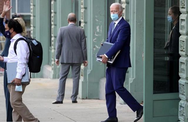 Ông Joe Biden với các tập tài liệu trên tay rời khỏi cuộc họp vào ngày đầu tiên của quá trình chuyển đổi ở Wilmington, Delaware, Mỹ, ngày 9/11. Ảnh: Reuters.