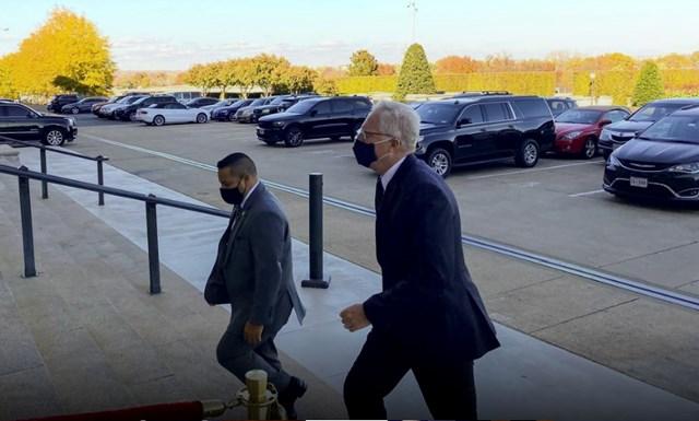 Ông Christopher Miller đến tòa nhà Lầu Năm Góc sau tuyên bố của Tổng thống Trump. Ảnh: Reuters.