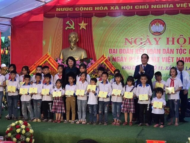 Phó Chủ tịch nước Đặng Thị Ngọc Thịnh và Bí thư Tỉnh ủy Phú Thọ Bùi Minh Châu trao quà tặng cho học sinh nghèo vượt khó ở xã Vĩnh Lại.