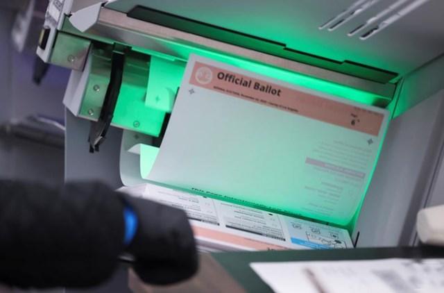 Các lá phiếu qua bưu điện được kiểm đếm sau cuộc bầu cử Tổng thống Mỹ năm 2020, ở Downey, gần Los Angeles, California. Ảnh: Reuters.