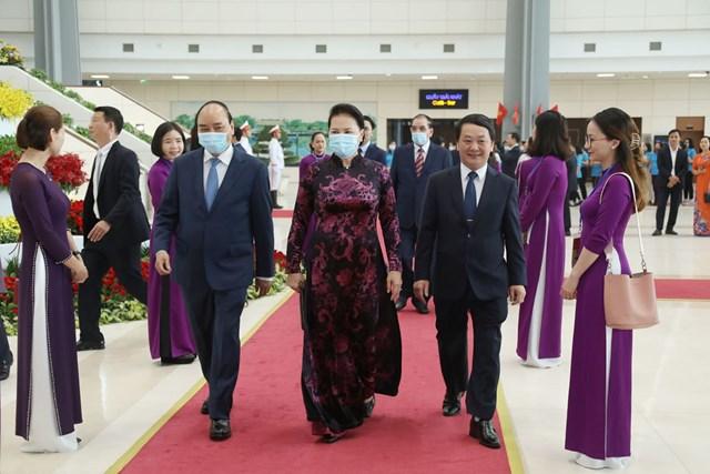 Thủ tướng Nguyễn Xuân Phúc, Chủ tịch Quốc hội Nguyễn Thị Kim Ngân và Phó Chủ tịch - Tổng Thư ký UBTƯ MTTQ Việt Nam Hầu A Lềnh bước vào hội trường Lễ kỷ niệm.