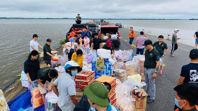 Những chuyến xe chở lương thực, thực phẩm đến sẻ chia với bà con vùng bão lũ.