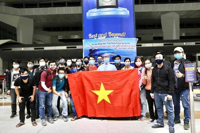Đại sứ Phạm Sanh Châu chụp ảnh cùng bà con trước giờ họ lên máy bay trong chiến dịch Hoa Kim tước.