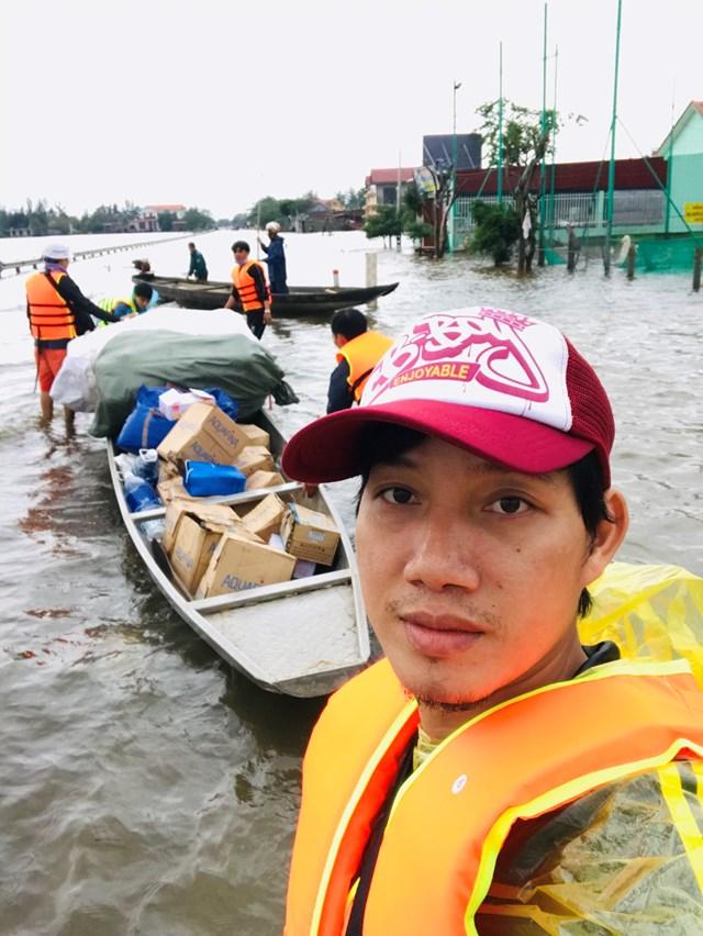 Họa sĩ Trần Ngọc Bảy trên đường đi cứu trợ.