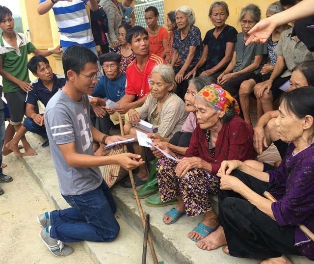 Nhà báo Nguyễn Đình Sơn trong một chuyến đến với bà con.