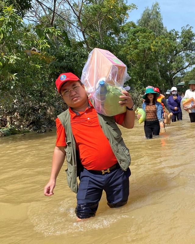Nhà báo Trần Đắc Xuyên trong đợt cứu trợ bà con vùng lũ vừa qua.