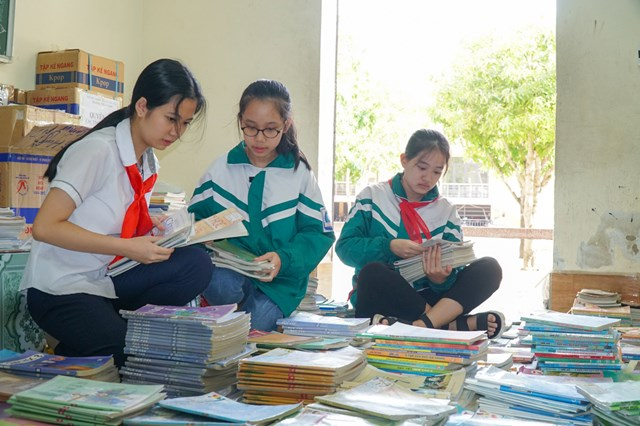Học sinh Trường THCS Lê Mao (TP Vinh, Nghệ An) đem sách vở, bút đến trường để gửi tặng bạn bè vùng lũ.