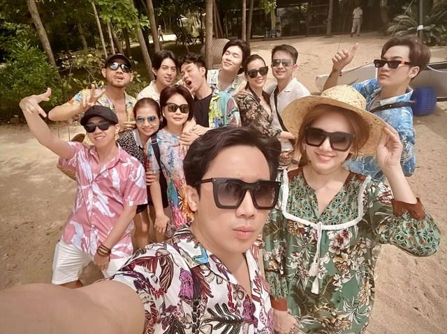 MC Trấn Thành đăng ảnh đi nghỉ dưỡng vui vẻ cùng Hari Won và nhóm bạn thân thiết.