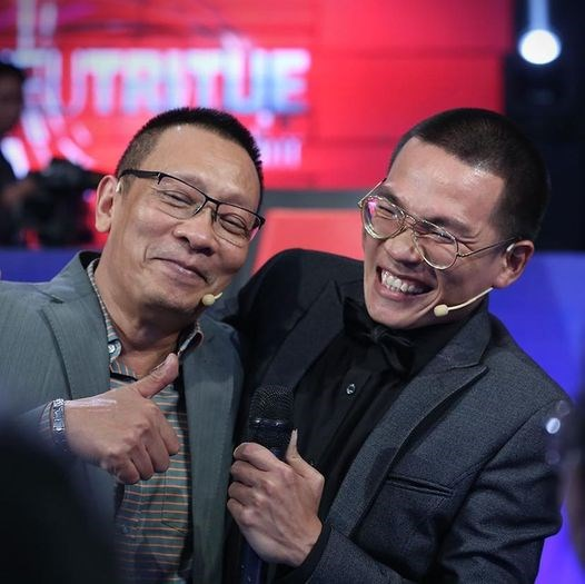 Rapper Wowy khoe ảnh cười sảng khoái bên MC Lại Văn Sâm.