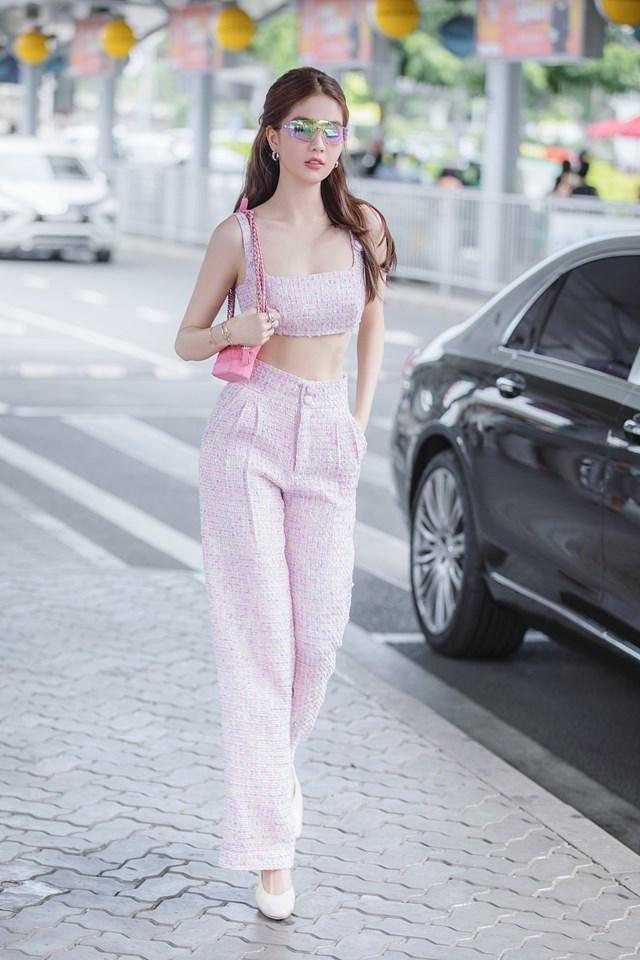 Ngọc Trinh thả dáng trên phố với set đồ tông hồng đồng điệu.