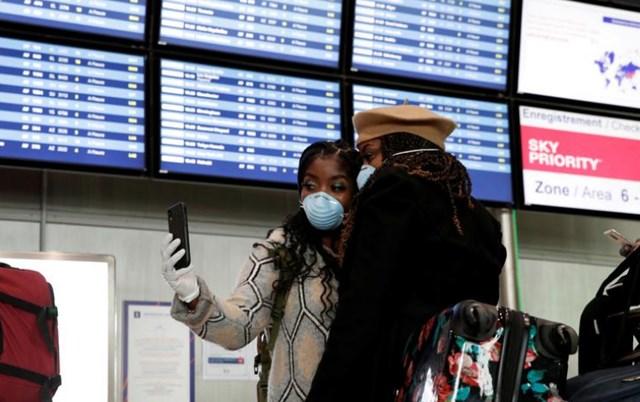 Du khách bên trong sân bay Paris Charles de Gaulle ở Roissy, Pháp sau khi Mỹ áp dụng lệnh cấm đi lại từ châu Âu, ngày 12/3. Ảnh: Reuters.