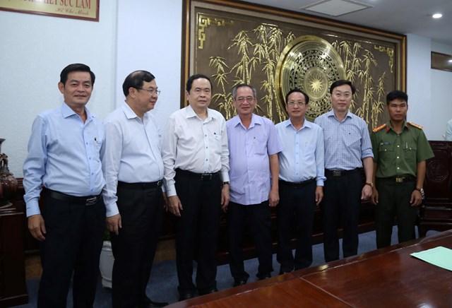 Chủ tịch Trần Thanh Mẫn trao đổi với các đại biểu bên lề buổi làm việc.