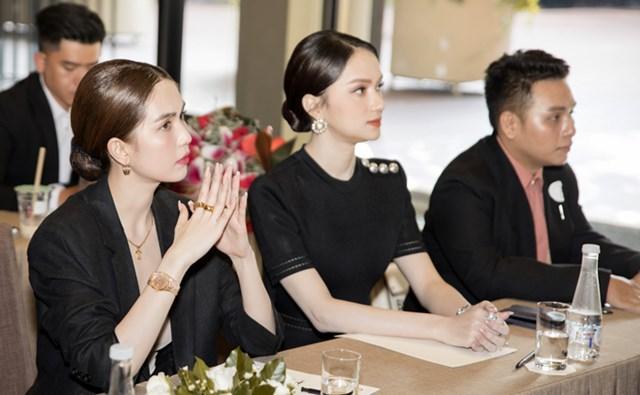Dù tạm ngưng các hoạt động của làng giải trí nhưng Hoa hậu Hương Giang vẫn tất bật với vai trò CEO một nhãn hàng. Ngày 24/11, 'Nữ hoàng nội y' Ngọc Trinh đến chúc mừng Hương Giang trở thành Phó Tổng giám đốc truyền thông một tập đoàn mỹ phẩm.