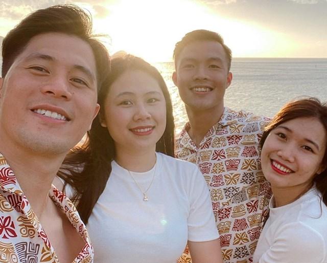 Anh em trung vệ Đình Trọng và hai bạn gái diện đồ đôi, vi vu các điểm du lịch nổi tiếng ở Côn Đảo.