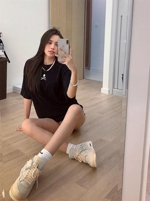 """Hoa hậu Tiểu Vy hài hước bình luận về bức ảnh selfie trước gương của mình: """"Có rất nhiều thứ có thể mua được bằng tiền. Nhưng con tim ta thì tiền không được làm phiền""""."""
