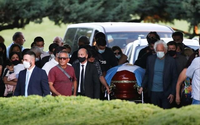 Linh cữu của Maradona được người thân đưa đến nghĩa trangBella Vista. Ảnh: Reuters.